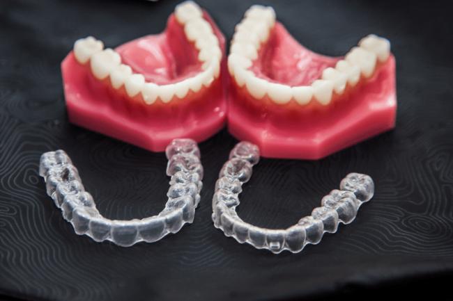 dos muestras de alineadores o férulas de ortodoncia invisible
